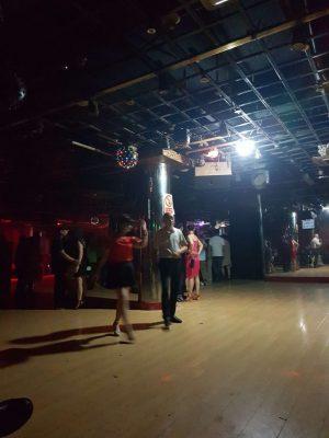 蘇州、万花舞厅の内部の様子。天井に電球が設置されていて、フロアを照らしている