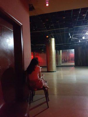 蘇州、长春舞厅で一人佇む家出少女
