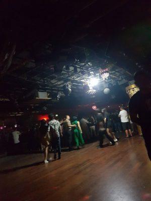 蓝堡舞厅の様子。2018年秋。天井にある電球でフロアが照らされている。以前は無かった