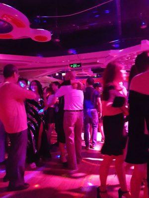 楽しく踊る人たち。明るいタイムから抱き着いている人も多い