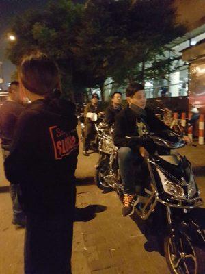 酒場へ向かう途中。上海の郊外で地下鉄を降りた時の様子