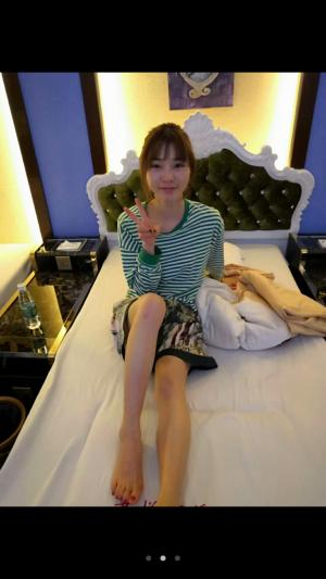 ベッドの上でピースする手品ちゃん。誰と一緒にホテルに居るの?