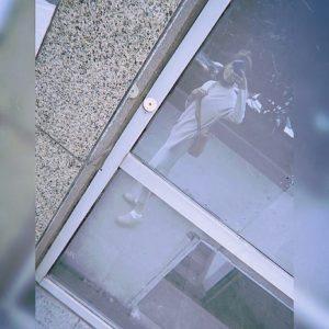窓の向こうに手品ちゃんが映っている自撮り