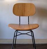 フロアにぽつんと置いてある椅子