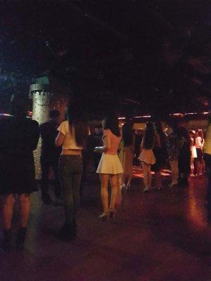 蘇州蓝堡舞庁で男を待つ女の子